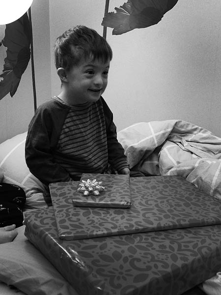 Leo gläds åt alla paket