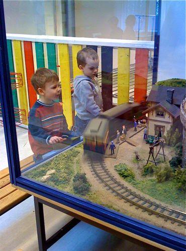 Axel Carp och Tom kör tåg